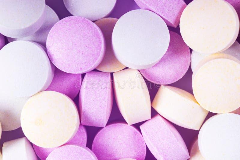 Красочные таблетки и лекарства медицины в конце вверх Различные виды пестротканых таблеток Сортированные таблетки в медицине Фарм стоковые фото