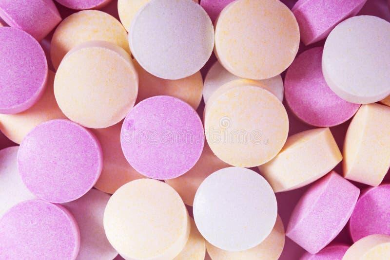 Красочные таблетки и лекарства медицины в конце вверх Различные виды пестротканых таблеток Сортированные таблетки в медицине Фарм стоковое фото rf