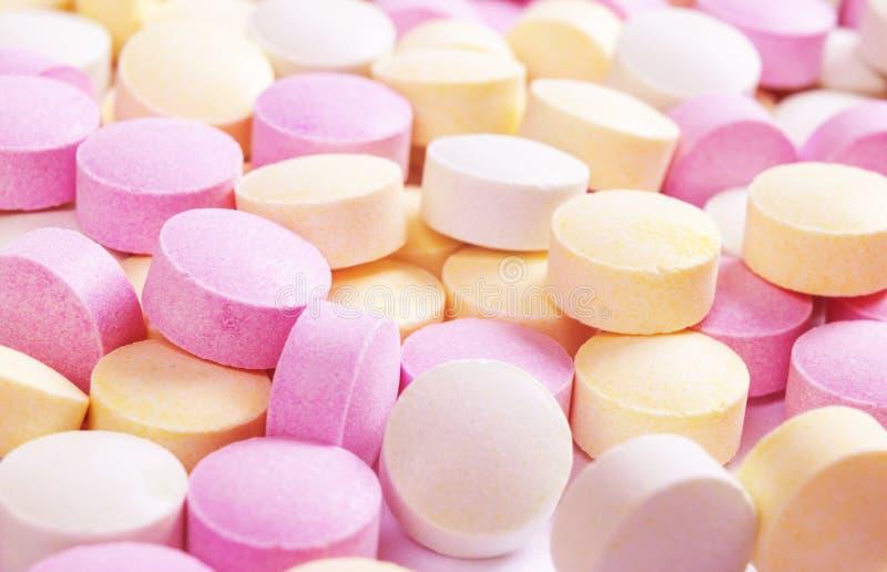 Красочные таблетки и лекарства медицины в конце вверх Различные виды пестротканых таблеток Сортированные таблетки в медицине Фарм стоковое изображение rf