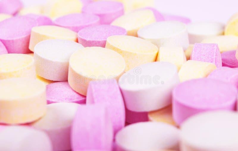 Красочные таблетки и лекарства медицины в конце вверх Различные виды пестротканых планшетов Сортированные таблетки в медицине Фар стоковая фотография rf