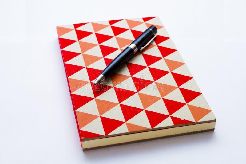 Красочные тетрадь и ручка на белизне стоковая фотография rf