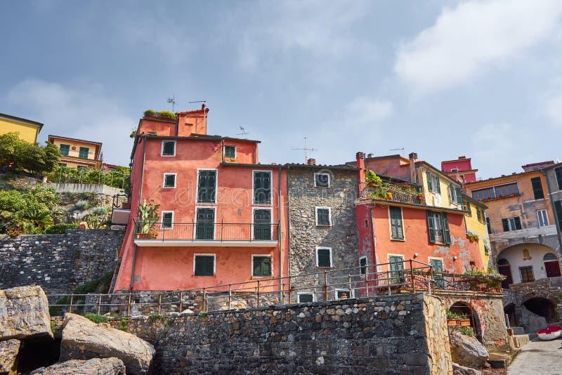 Красочные типичные средневековые дома Tellaro - Лигурии - Италии стоковые изображения rf