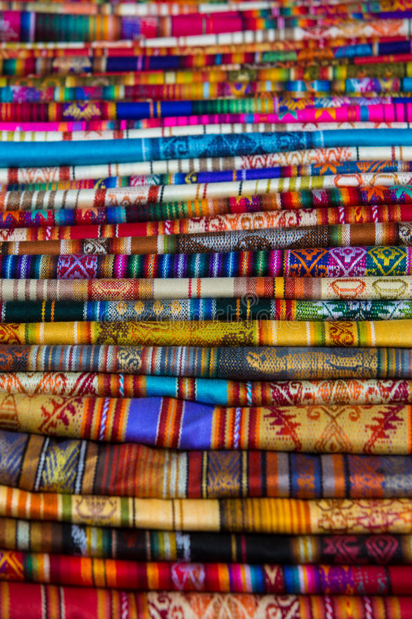 Красочные ткани на рынке Otavalo в эквадоре стоковое фото rf