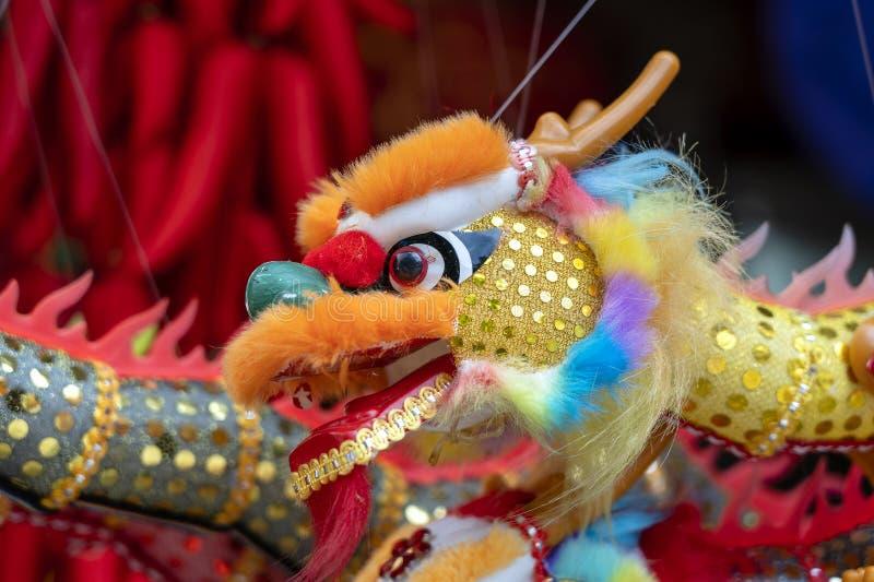 Красочные традиционные сувениры в рынке фарфора, Чайна-тауне, Сингапуре китайцы закрывают дракона вверх китайское Новый Год украш стоковая фотография rf