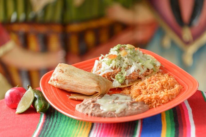 Красочные традиционные мексиканские блюда еды стоковые изображения rf