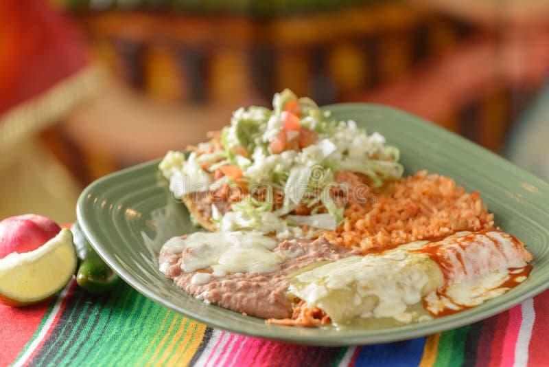 Красочные традиционные мексиканские блюда еды стоковая фотография rf