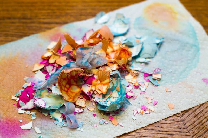 Красочные треснутые раковины пасхального яйца на таблице стоковая фотография rf