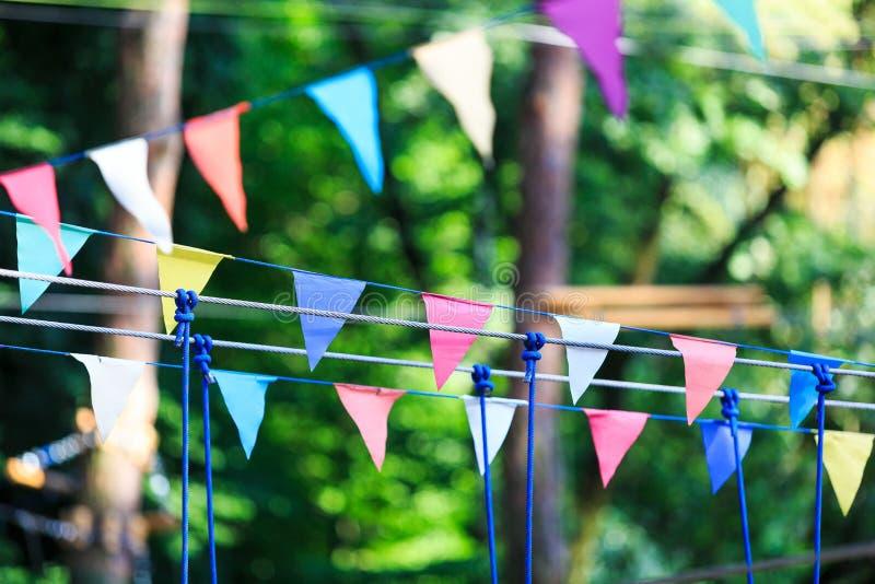 Красочные треугольники в парке лета День рождения, оформление партии стоковая фотография
