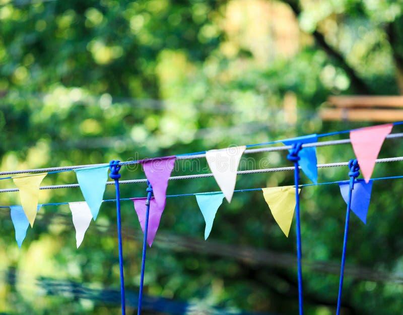 Красочные треугольники в парке лета День рождения, оформление партии стоковые фотографии rf