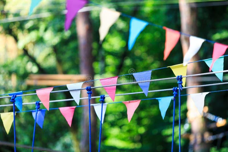 Красочные треугольники в парке лета День рождения, оформление партии стоковое изображение rf