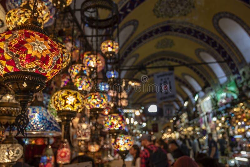 Красочные турецкие лампы для продажи в гранд-базаре в Стамбуле, Турции стоковое фото rf