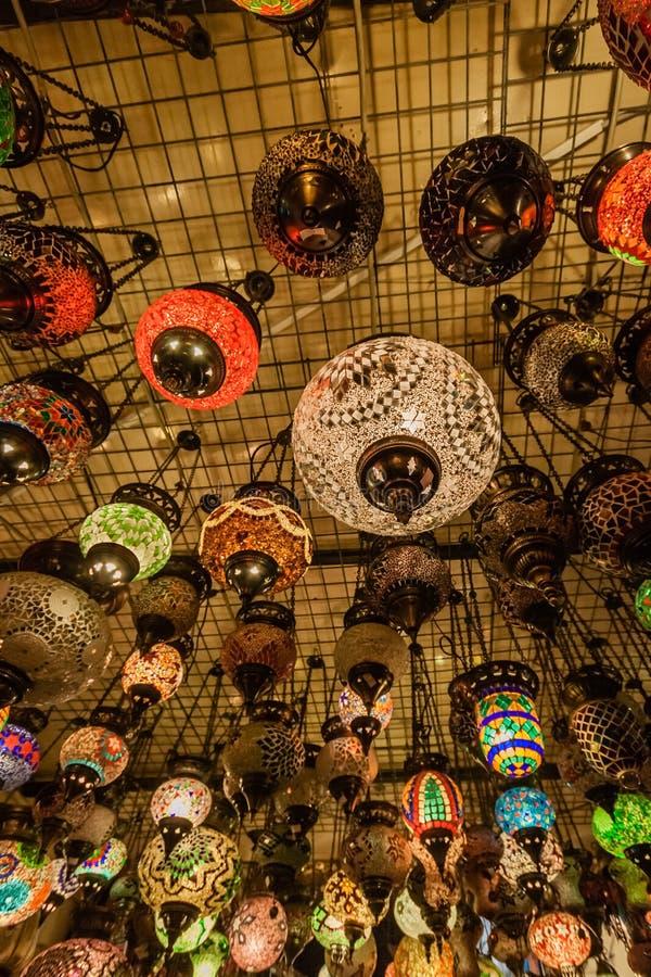 Красочные турецкие фонарики стекла мозаики в гранд-базаре, Стамбуле стоковые фото