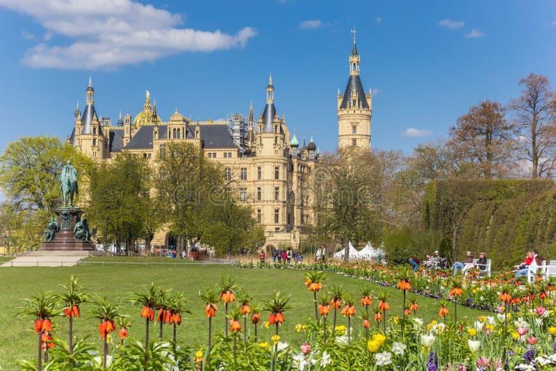 Красочные тюльпаны в саде замка Шверина стоковая фотография rf