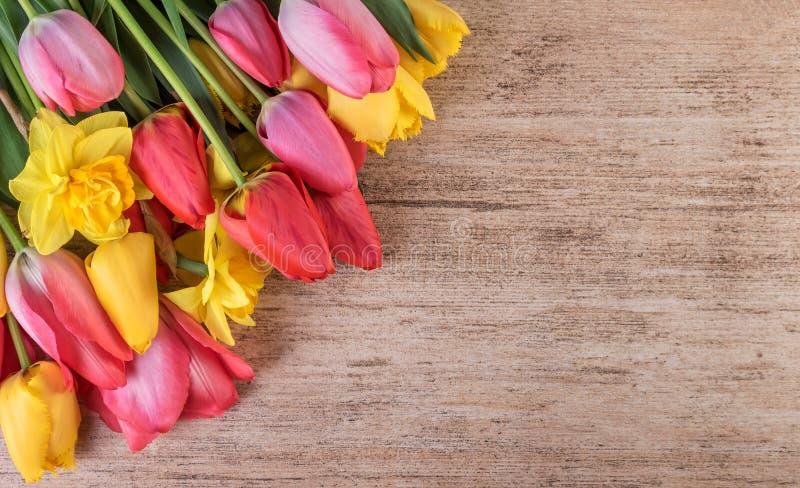 Красочные тюльпаны на ретро коричневой предпосылке с космосом текста стоковые изображения rf