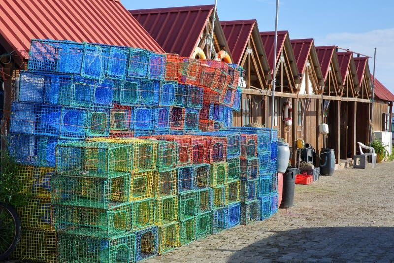 Красочные удя covos корзин и хижины рыболова в удя гавани Санта Luzia, расположенной около Tavira, Алгарве стоковые фотографии rf