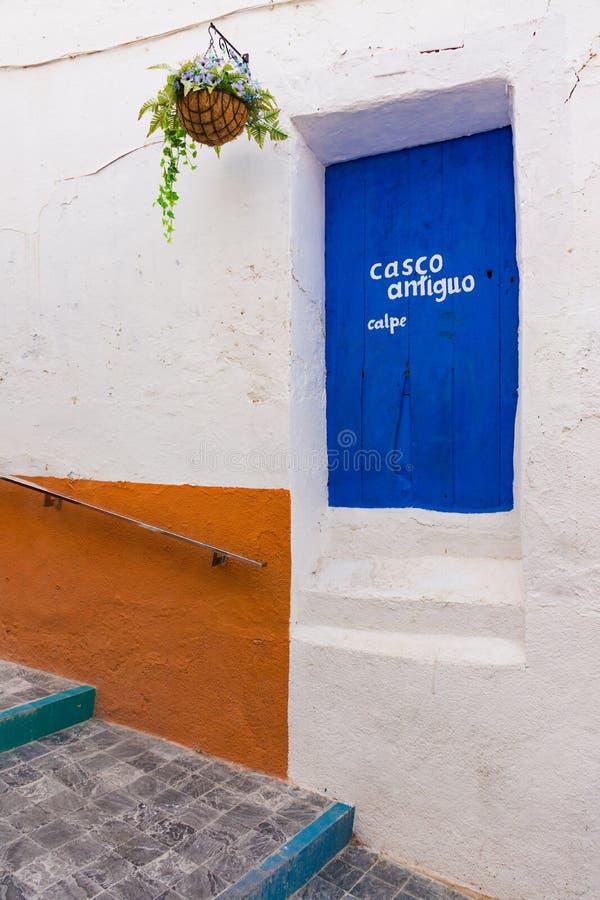 Красочные украшенные улица и стена стоковое изображение