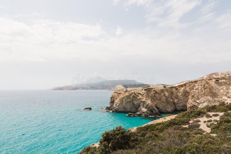 Красочные утесы Firiplaka приставают к берегу на Milos острове, Греции стоковое изображение rf