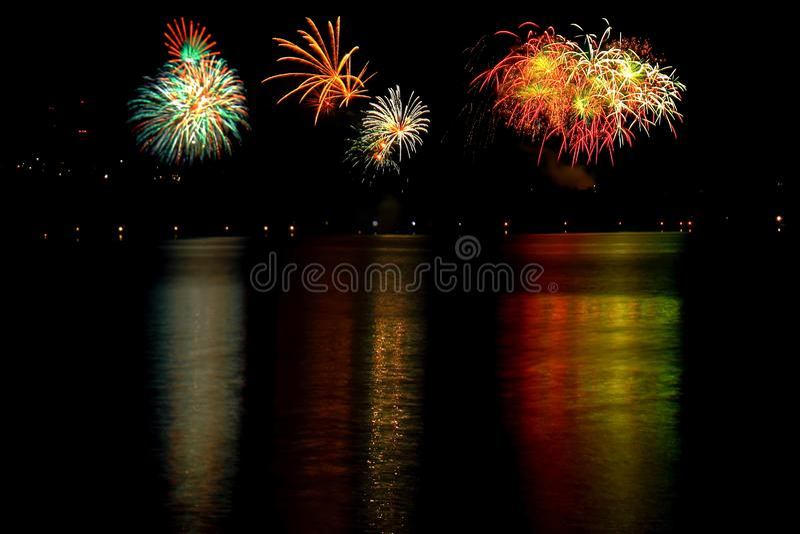 Красочные фейерверки вечером, отраженный в озере стоковые изображения rf