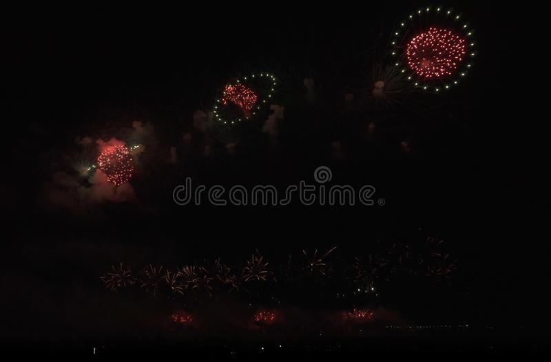 Красочные фейерверки на черной предпосылке неба стоковое изображение