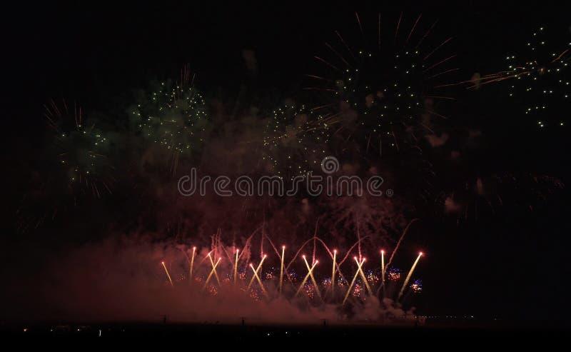 Красочные фейерверки на черной предпосылке неба стоковая фотография
