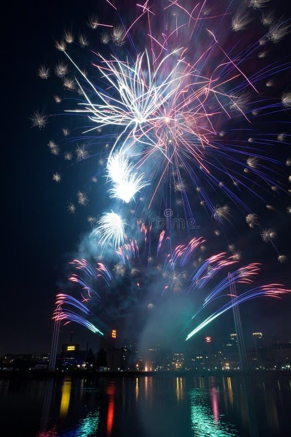 Красочные фейерверки освещая вверх по ночному небу в Миннеаполисе, Минесоте стоковое фото rf