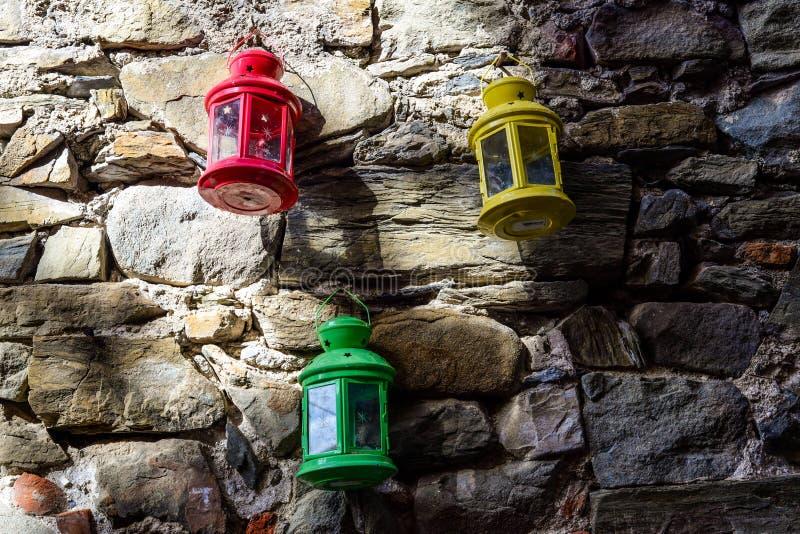 Красочные фонарики вися на стене стоковые изображения rf