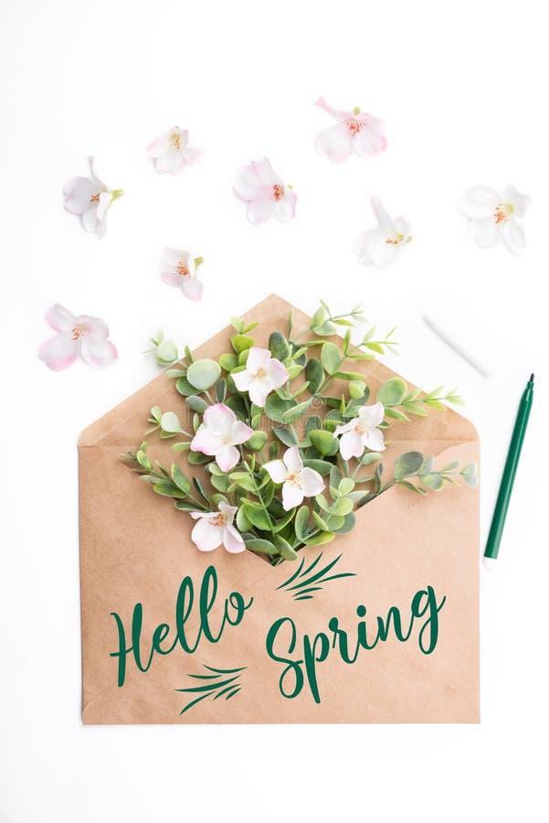 Красочные цветки весны в конверте ремесла стоковое фото rf