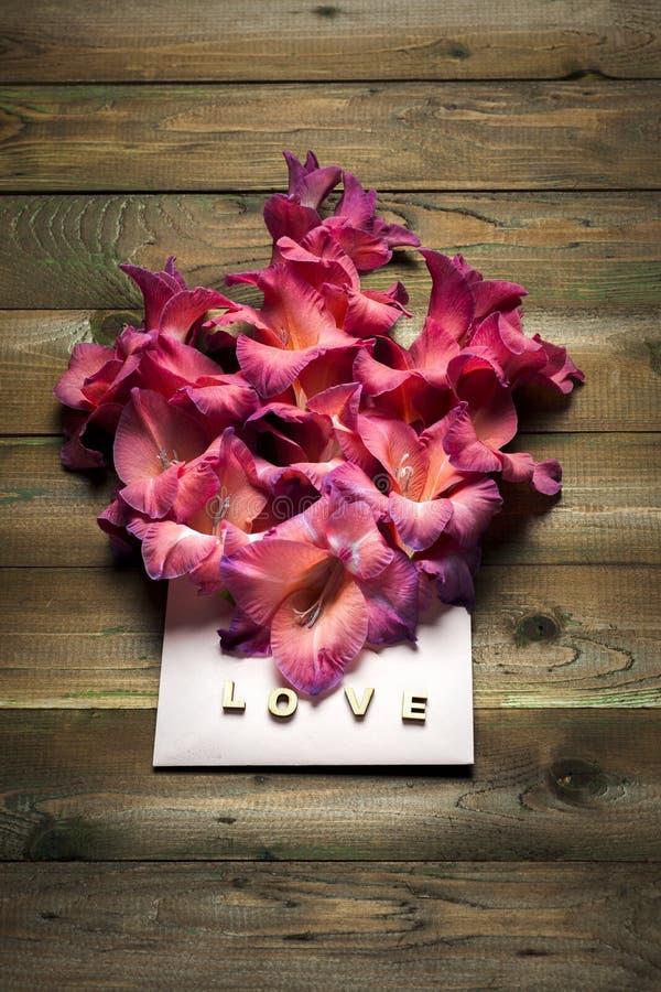 Красочные цветки в конверте, концепции поставки цветка поздравьте стоковая фотография