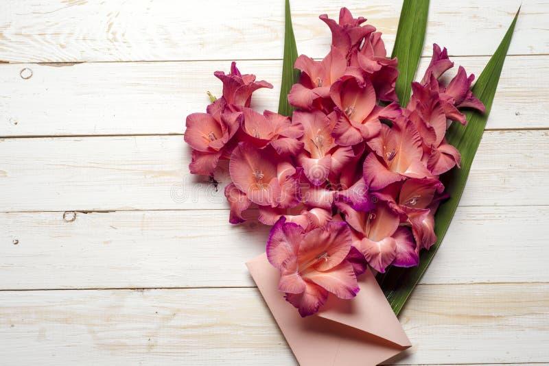 Красочные цветки в конверте, концепции поставки цветка поздравьте стоковое фото