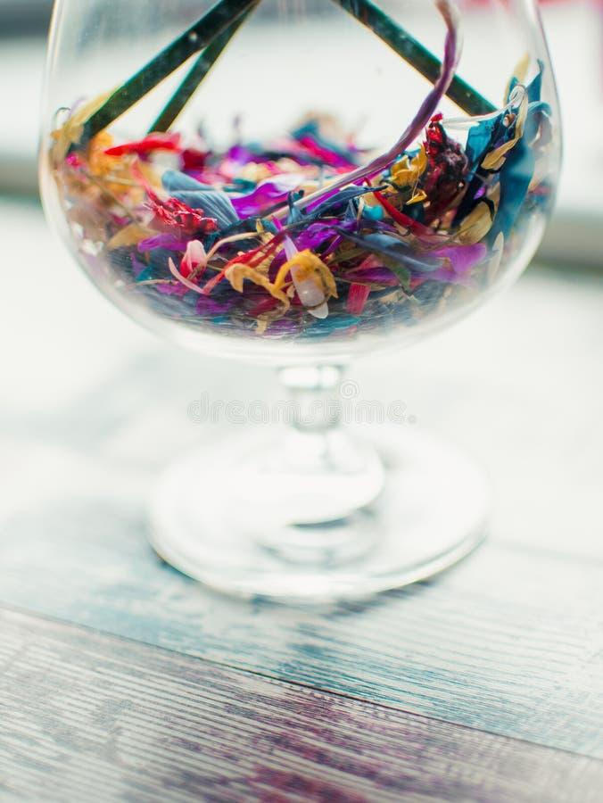 Красочные цветки в стекле, много цветков в много цветов в ясном стекле, взгляде конца-вверх пестротканых цветков стоковые изображения rf
