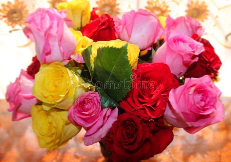 Красочные цветки роз в вазе стоковые изображения
