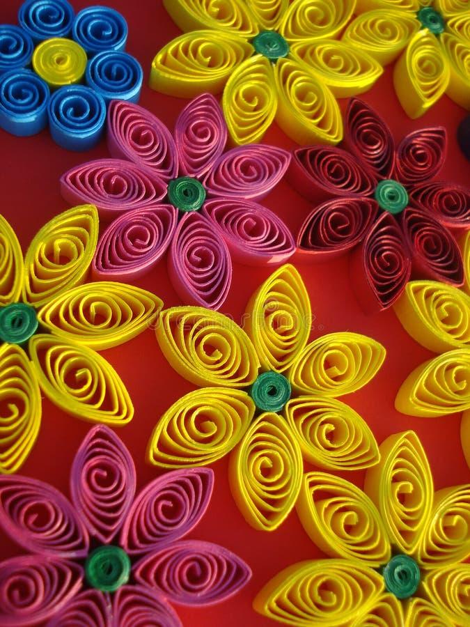 Красочные цветки сделанные из бумаги на оранжевой предпосылке стоковые изображения rf