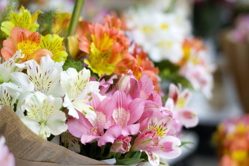 Красочные цветки Alstroemeria Большой букет пестротканых alstroemerias в цветочном магазине продан в форме подарка bo стоковое фото rf