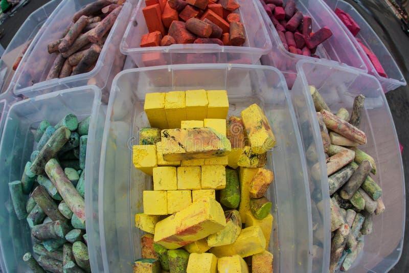 Красочные части мела сидят в пластмасовых контейнерах стоковые изображения