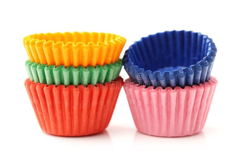 Красочные чашки торта булочки или чашки бумаги радуги стоковая фотография rf