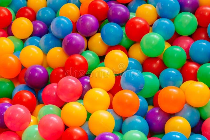 Красочные шарики для детей, который нужно сыграть стоковое изображение