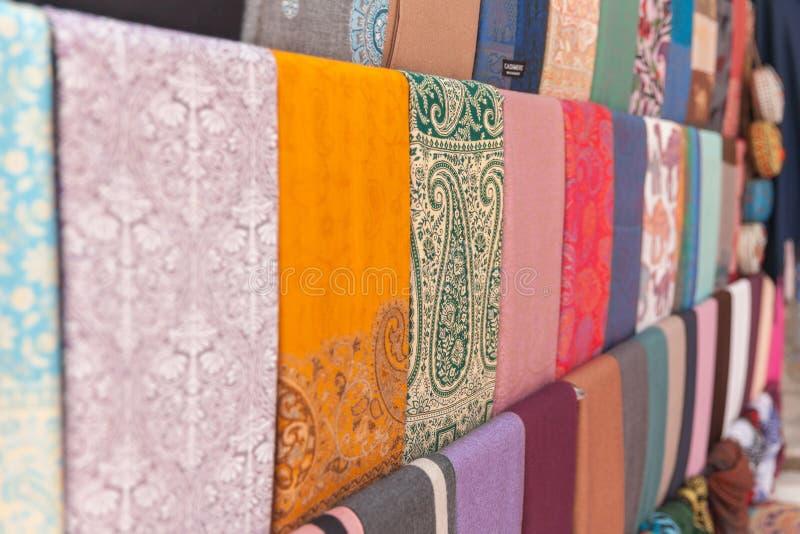 Красочные шарфы на арабском традиционном рынке, ОАЭ кашемира стоковые изображения rf