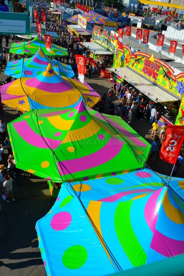 Красочные шатры масленицы на Мидуэй стоковая фотография