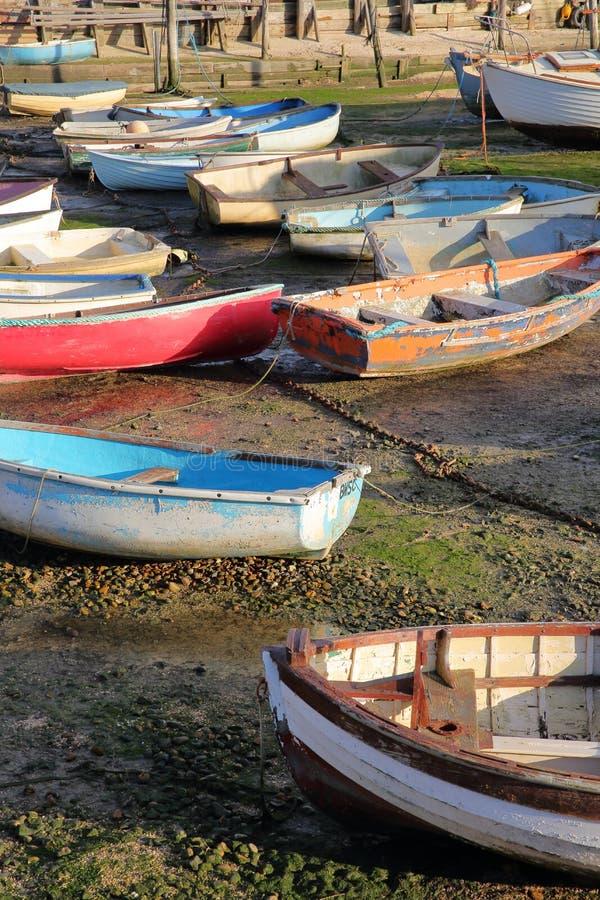 Красочные шлюпки во время отлива, размещенный вдоль лимана Темза, Leigh на море стоковое изображение