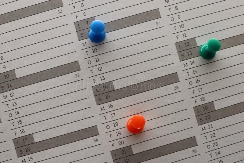 Красочные штыри на календаре стоковое фото rf