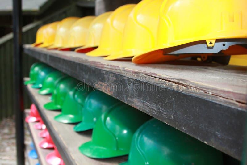 Красочные шлемы безопасности стоковая фотография rf