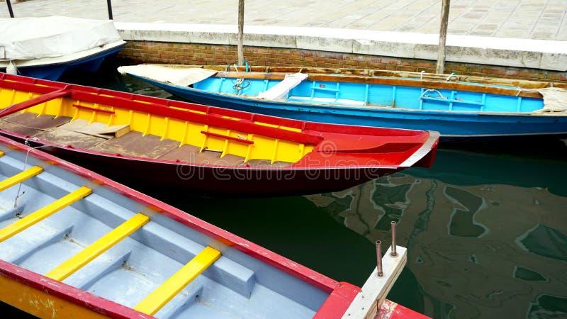 Красочные шлюпки в канале Венеции стоковая фотография rf