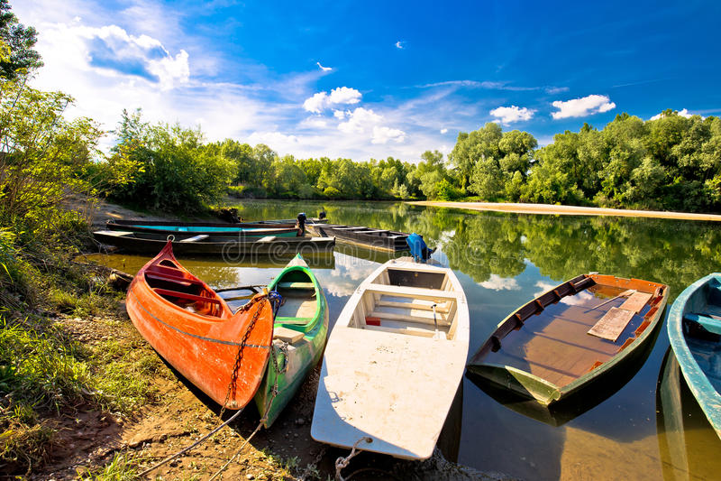 Красочные шлюпки на рте рек Дравы и Мураы стоковые фото