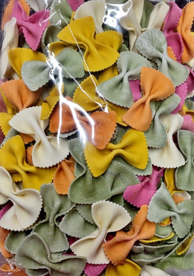 Красочные яркие макаронные изделия в форме конца-вверх смычков стоковое изображение