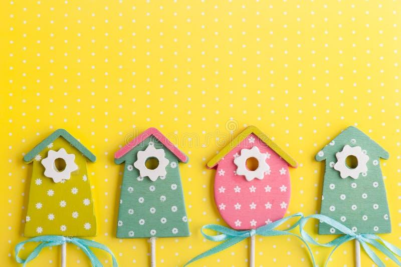 Красочные birdhouses на желтой предпосылке точки польки стоковая фотография rf