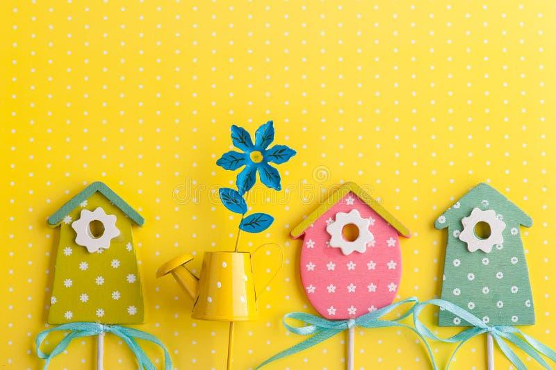 Красочные birdhouses на желтой предпосылке точки польки стоковые фотографии rf