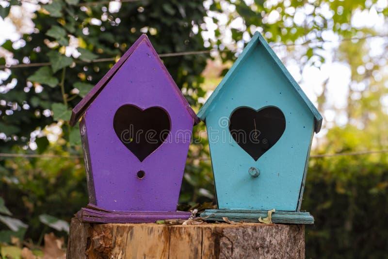 Красочные birdhouses с в форме сердц дверью стоковое изображение rf