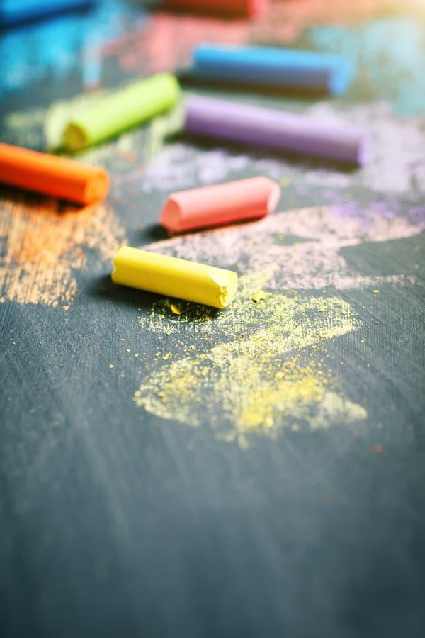 Красочные crayons на классн классном, рисуя задняя школа предпосылки к стоковые фотографии rf
