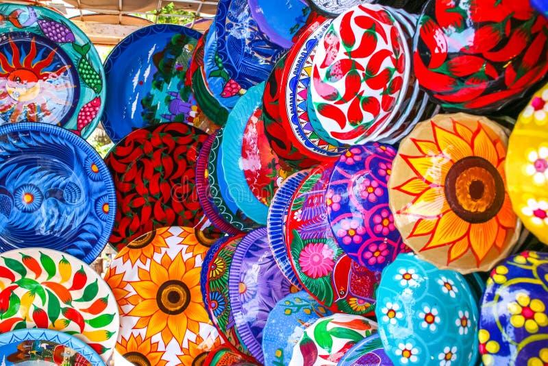 Красочные handmade декоративные мексиканские плиты с много картин o стоковое фото