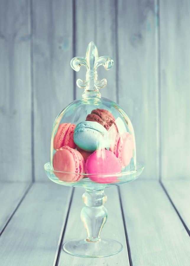 Красочные macaroons в стеклянной вазе стоковое фото